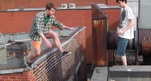 [Vidéo] Il frôle la mort en sautant d'un toit à un autre