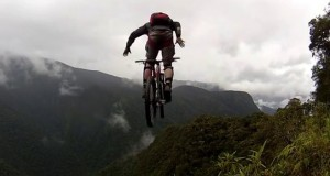 [Vidéo] Il saute d'une falaise en vélo... et se loupe