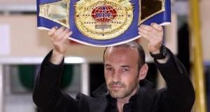 Ancien boxeur professionnel, il met son cambrioleur K.-O.