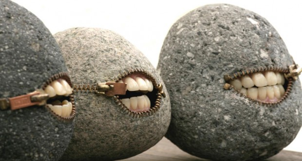 art il transforme les pierres en objets surr alistes. Black Bedroom Furniture Sets. Home Design Ideas