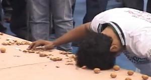 Record : Il casse 155 noix avec sa tête en une minute