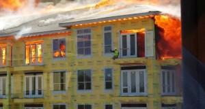 [Vidéo] Un ouvrier coincé au dernier étage d'un immeuble en feu sauvé de justesse