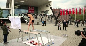 Art insolite : elle pond des œufs avec son sexe