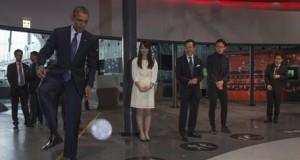 Insolite : Barack Obama joue au foot avec un robot
