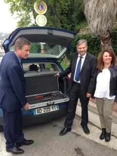 Nicolas Dupont-Aignan passe la frontière avec une Kalachnikov