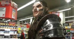 [Vidéo] Un bodybuilder géant déguisé en Uruk-hai au magasin