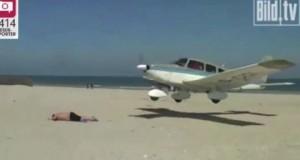 [Vidéo] Un avion manque d'atterrir sur un vacancier sur une plage allemande