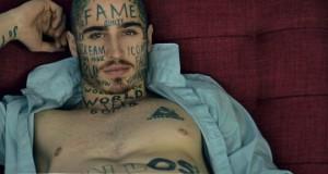Il se tatoue des mots au hasard sur le visage