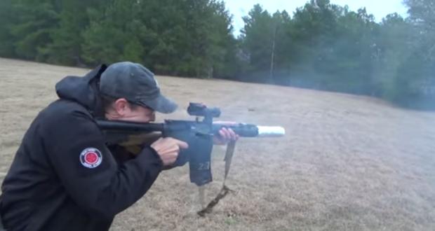 [Vidéo] Il grille son bacon avec un M-16!