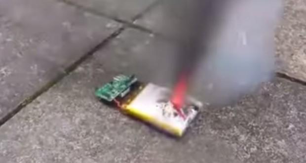 [Vidéo] Ne percez jamais la batterie de votre smartphone...