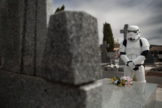 pay-a-stormtrooper-pays-respect-at-a-grave-of-a-fallen-comrade
