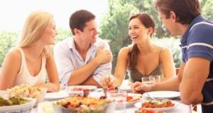 Les hommes ont tendance à se suralimenter en présence de femmes, selon une étude. Monkey Business Images/shutterstock.com
