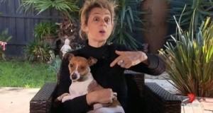 Elle arrête l'attaque d'un chien en lui mettant un doigt dans le derrière
