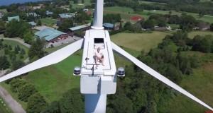 [Vidéo] Surpris en train de bronzer au sommet d'une éolienne !