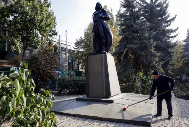 Ukraine : une statue de Lénine transformée en Dark Vador !
